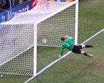 在星期日进行的英格兰对德国的16强淘汰赛中,兰帕德的一个进球被执法的乌拉圭裁判判无效,但是慢镜头显示,球明显已过球门线,进球确实有效。(Cameron Spencer/Getty Images)