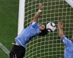 乌拉圭3日对加纳8强赛时,明星前锋苏亚雷斯(右)在延长赛倒数几秒钟,在球门线上用手挡出加纳的进球,让原本可以得分的球无法进网。他的手球被媒体说成,乌拉圭是靠著作弊晋级。(法新社)