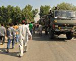 印度民众不顾宵禁令,在喀什米尔中部、北部及省会斯利那加进行抗议活动。(AFP)
