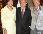 (左起)塔醫社區健康主任曾雪清、Klemens Meyer醫生、董事陳家驊和總裁愛倫‧曾(Ellen Zane)合影。(攝影:文蕾/大紀元)