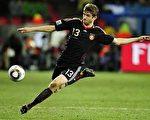 """德国新秀穆勒(Thomas Mueller)双喜临门,除了在世界杯足球赛荣膺最佳年轻球员奖,也拿下得分王""""金靴奖""""头衔。(法新社提供)"""