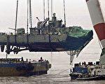 3月26號,韓國的天安艦被擊沉。4月15日,韓國海軍以大型起重機撈起沉沒天安艦艦尾,並在船艙內發現多名失蹤官軍的屍體。(AFP)