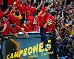 7月12日夺得世界杯足球赛冠军的西班牙国家代表队回到马德里时,受到英雄式的欢迎。(法新社)