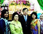 马国总理夫人萝斯玛(Rosmah Mansor)(左2)来到台湾展摊前,与交通部观光局吉隆坡办事处主任张富南(左3)等人合影。(交通部观光局吉隆坡办事处提供/中央社)