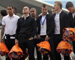 表情明显沮丧的荷兰队球员身穿黑色长裤,白色衬衫,手上拿着橘色的花束。(法新社)