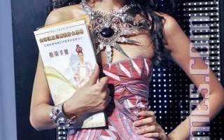 """香港名模王丹妮对新唐人电视台举办""""全球汉服回归大奖赛""""推广中国传统服饰文化,表示非常赞赏。她期盼有一天也能穿上汉服走秀。(摄影:邝天明/大纪元)"""