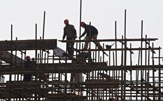 中國「打房」房價未降,相關產業俱疲。圖為安徽省合肥市建築地盤上,工人在棚架上工作。(AFP)