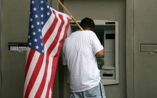 洛杉矶美国银行(Bank of America)柜员机(Photo by David McNew/Getty Images)