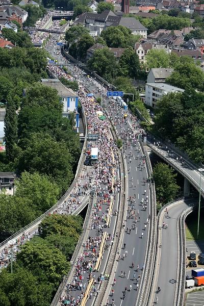 組圖:德國高速公路打造「世界最長餐桌」