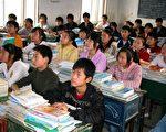 中国教育不强调批判性和创造性思考技巧,使学生缺乏独立思考的能力,甚至依赖记忆和抄袭应付学业。图为安徽省一所学校,学生们正在上课。(AFP)