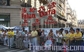 法國法輪功學員中使館前集會反迫害