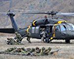 图为2009年3月31日,美国与韩国士兵在Mungyeong联合军事演习。 (AFP PHOTO/KIM JAE-HWAN)