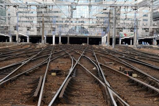 法国警方和国家铁路公司(SNCF)表示,1列TGV高铁列车当地时间21日撞上满载洗发精的卡车,导致法国南部铁路运输延误。(法新社)