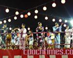 身著日本和服的少女在舞台上載歌載舞。(攝影:李春慶、陳俊鴻/大紀元)