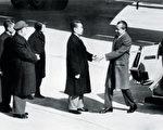 金无怠1944年就被周恩来收为中共间谍,潜伏在美国情报机构长达37年。1985年金无怠被捕后,承认向中共传送了尼克松总统希望与中国建交的机密文件,金呼吁中共出面与美国谈判,让他回中国。但中共就是不承认金是其属下特工,金无怠完全绝望后自杀。图为1972 年美国总统尼克松访华,周恩来在北京机场迎接。(法新社)