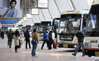 中國遊客赴韓國旅遊購物。(JUNG YEON-JE/AFP/Getty Images)