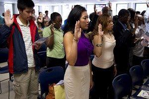 1百多位來自49個國家的移民6月4日在紐約宣誓成為美國公民。(DON EMMERT/AFP/Getty Images)