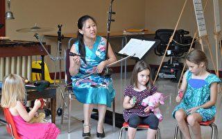 兰韵中乐团的二胡演奏家董篮在教孩子们演奏。(摄影:PAM MCLENNAN/大纪元)