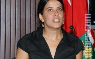 8月3日,安省工人權益中心在省議會大廈舉行的新聞發佈會,反對省府的68議案(Bill 68)。圖為工人權益中心發言人Sonia Singh。(攝影:徐傑/大紀元)