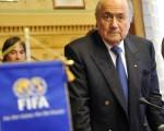 國際足聯主席布拉特(圖)稱,國際足聯已經展開調查最近傳出朝鮮足球代表隊教練和球員遭到不正當待遇的傳聞,並致函朝鮮足球協會,要求對足球隊員及主帥受辱事件做出說明。(AFP)