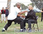 郑耀辉和学生艾维利‧欧文斯(Avery Owens)表演太极拳攻防。欧文斯是科研工作者,师从郑耀辉达十年之久。(摄影:李健 / 大纪元)