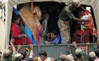 2010年8月13日,沙阿賈馬爾 (Shah Jamal),大批災民搶搭車子離開浸水區。(AFP PHOTO)