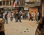 2010年8月13日,政府军在反对新德里统治的抗议活动中打死了四人。图为克甚米尔示威者对印度警方投掷石块抗议。(法新社)