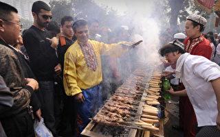 维族穆斯林民众在北京牛街的清真寺外烤羊肉串庆祝斋月。(AFP)