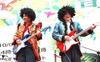 左起中坜市长鲁明哲、代表会主席吴嘉和以一袭摇滚靓装,弹著电吉他亮相。(摄影:徐乃义/大纪元)