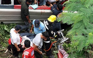 2010年8月18日,菲律宾北部山区一辆巴士因失控坠入150公尺深的山谷。(AFP)
