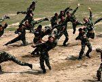 中国并没有外来的威胁,但是中共政权近年来频频扩充军备,引起国际间极大的关注与质疑。图为广东深圳军人们的操练。(Photo by China Photos/Getty Images)
