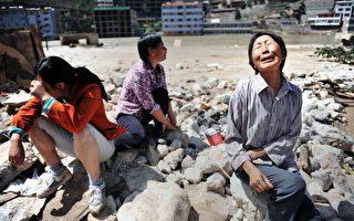 甘肅省舟曲縣8月15日為泥石流中喪生的民眾舉行頭七,場面哀戚。(STR/AFP/Getty Images)
