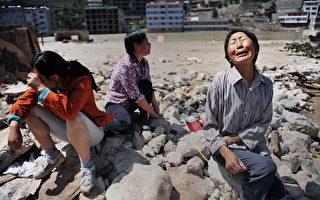 失去亲人的舟曲灾民悲痛欲绝(AFP)