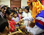 澳緬甸卡倫社區「綁手腕」儀式。(攝影:林珊如/大紀元)