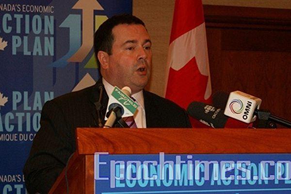 加拿大人力资源及技能发展部、加拿大联邦医疗监管局和加拿大医学会9月1日联合宣布:加拿大将在2012年启动一个综合电子网络服务系统,简化外国医生的资格及证书认证和加速医生执照的申请过程。图为联邦政府移民及多元文化部长肯尼(Jason Kenney)在新闻发布会上。(摄影:徐杰/大纪元)