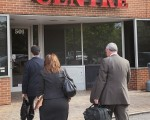 美问题银行攀升至829家,已有118家银行破产。图为5月14日伊利诺伊州的玫瑰花公园,联邦和州银行管理者前来处理关闭中西部银行事宜。(Photo by Scott Olson/Getty Images)