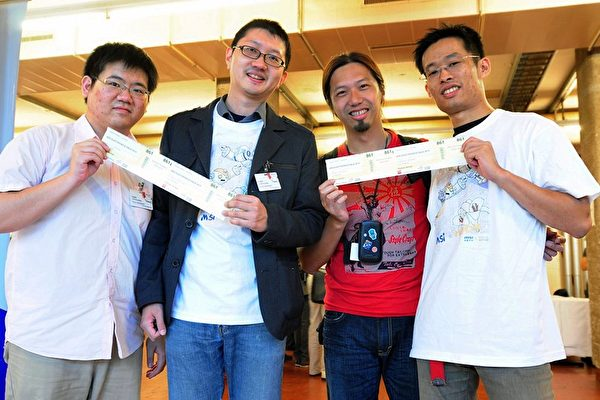 台湾胖卡计划获奥地利林兹电子艺术奖,出席颁奖典礼成员(左至右)吴哲铭、徐挺耀、徐子涵、徐承立。(图:台湾数位文化协会提供/中央社)