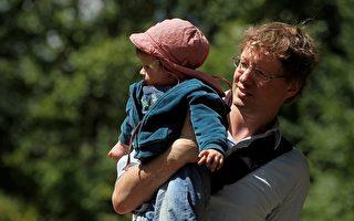 近期一项研究表明,男孩在小时后与父亲关系融洽,长大后的抗压性较好,且较能控制情绪。(AFP)