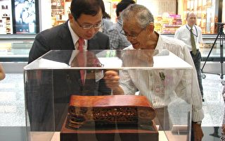 木雕藝術家游禮海(右)向桃園縣長吳志揚(左)解說木雕之美。(攝影:陳建霖/大紀元)