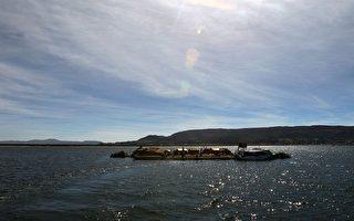 人类向海洋要土地。图为秘鲁提提卡卡湖上芦苇编织成的人工岛屿。(图片来源:Jaime Razuri/ AFP)