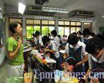 美容科教學由專業的老師帶領同學從做中學。(攝影:李容耕/大紀元)
