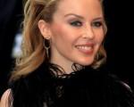 歌坛天后凯莉·米洛(Kylie Minogue)身穿黑色礼服出席电影《The Kid》首映式。(图/Getty Images)