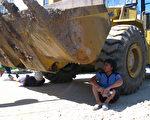 村民躺掘土機輪底阻擋政府強徵地(村民提供)