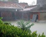 橋頭鄉東林村民宅淹水超過50公分,比去年莫拉克水災高出10公分以上(攝影:林譽謙 / 大紀元)