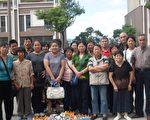 (维权人士提供 )  2010年 9月 23日是周雪珍的先生郁楚单百日,访民们前往吊唁后合影