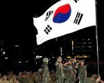 1950年9月28日,聯合國軍仁川登陸戰打響後重新奪回首爾。圖為慶祝當晚,再現當年光復情景。(攝影:全宇/大紀元)
