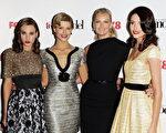"""2010年9月28日,在澳大利亚实境节目""""澳洲下界名模""""(Australia's Next Top Model)总决赛中,媒体大亨梅铎的儿媳妇莎拉‧梅铎(Sarah Murdoch右二),于当晚最后三名进入决赛的三名模特合影。右一为科尔希‧马汀诺维琪(Kelsey Martinovich),左一为冠军艾曼达‧维尔(Amanda Ware),左二为苏菲‧文登阿卡尔(SophieVan Den Akkar)。(图片来源:Getty Image)"""