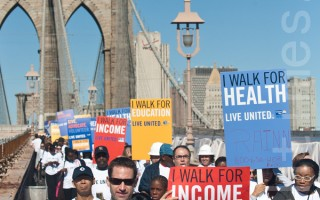 2日﹐来自纽约各界约一千名义工参加了静走跨越布碌崙大桥的活动。(摄影:杜国辉/大纪元)