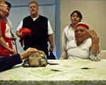 2010年10月8日出席纽约联合国教堂举办的记者会的玛雅4长老之一 Hunbatzmen 老人说桌子上就是13颗水晶头骨之一 (摄影:杜国辉/大纪元)