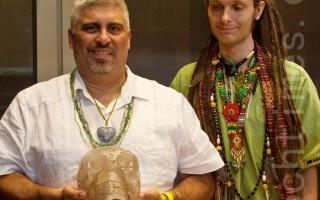 """来自拉斯维加斯、祖籍墨西哥的马里奥 (左) 携他祖传的水晶头骨""""Pancho""""参加了会议,而来自迈阿密的Ankuphara先生 (右) 据称能够与这颗水晶头骨沟通。(摄影:杜国辉/大纪元)"""